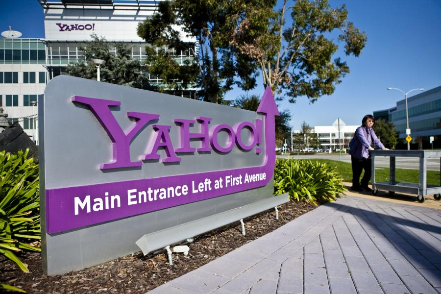 Przed wejściem do siedziby zarządu Yahoo! w Sunnyvale w Kalifornii