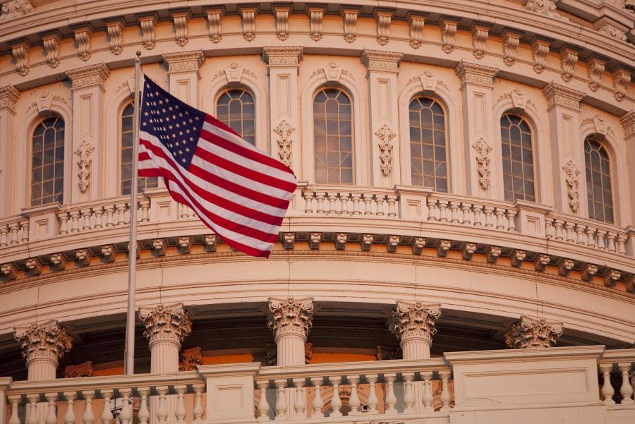 Flaga Stanów Zjednoczonych powiewająca na wietrze przed Białym Domem w Waszyngtonie