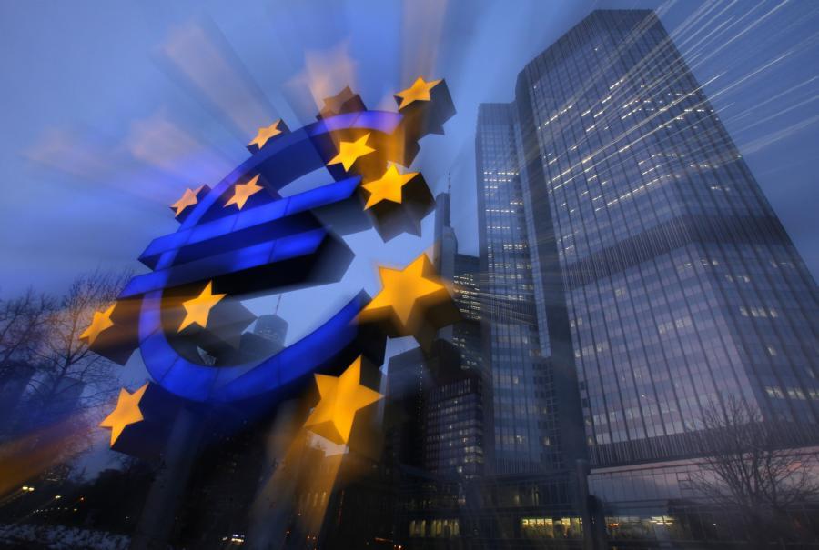 Znak euro przed siedzibą Europejskiego Banku Centralnego we Frankfurcie