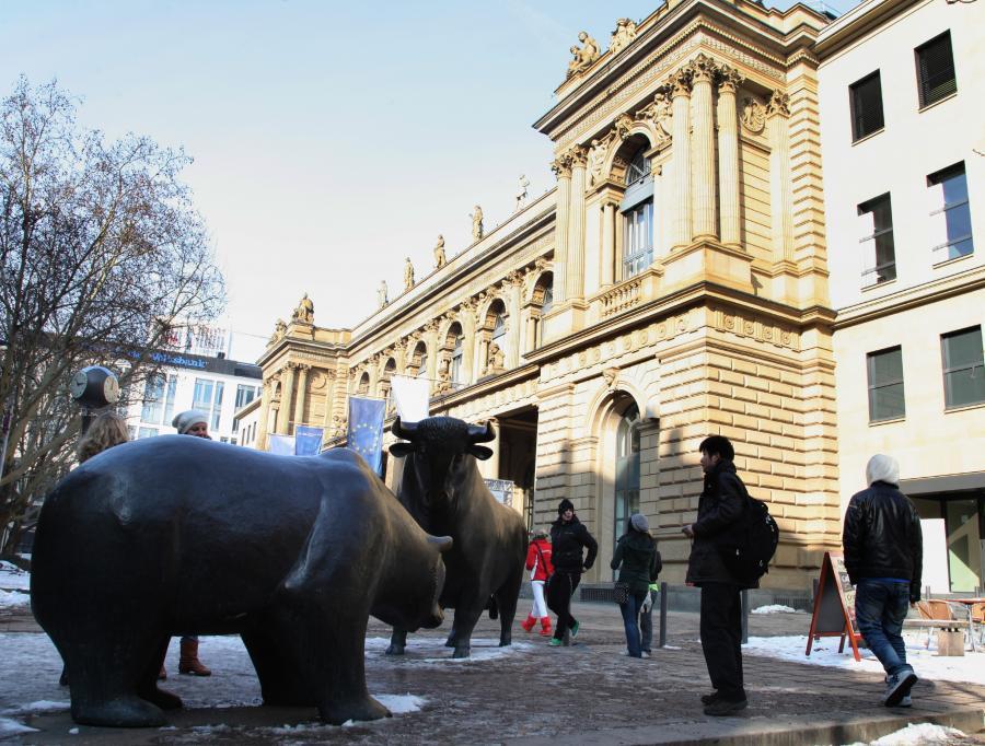 Posągi byka i niedźwiedzia przed wejściem do siedziby giełdy we Frankfurcie