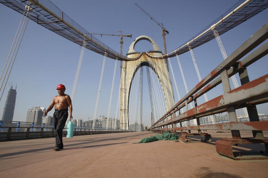 Most w trakcie budowy w delcie Rzeki Perłowej w południowych Chinach