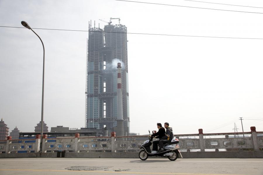 Jeden z najwyższch budynków na świecie, wieżowiec w Huaxi, którego budowa kosztowała  2,5 miliarda juanów