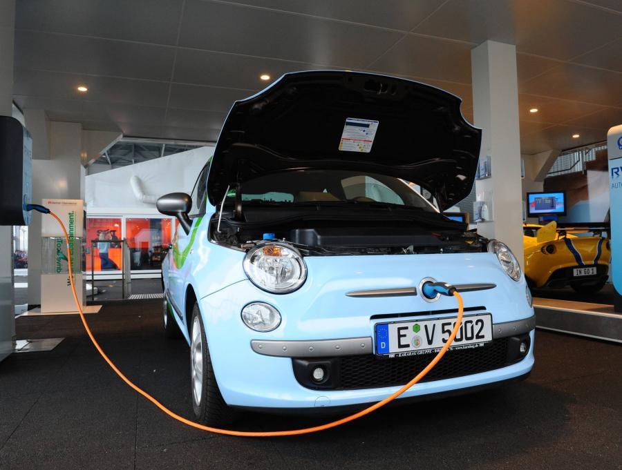 Elektryczny Fiat 500 wystawiony na Salonie Motoryzacyjnym w Genewie
