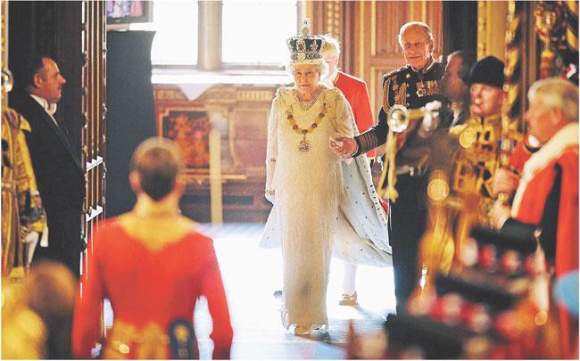 Królowa Elżbieta II może mieć wkrótce kłopoty z wyznaczeniem premiera zdolnego do zbudowania większości Fot. AFP