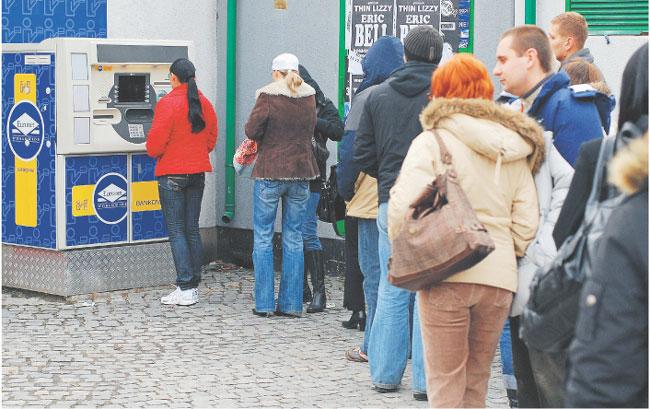 Problem z wypłacaniem gotówki skutecznie zniechęca do zakładania kont bankowych