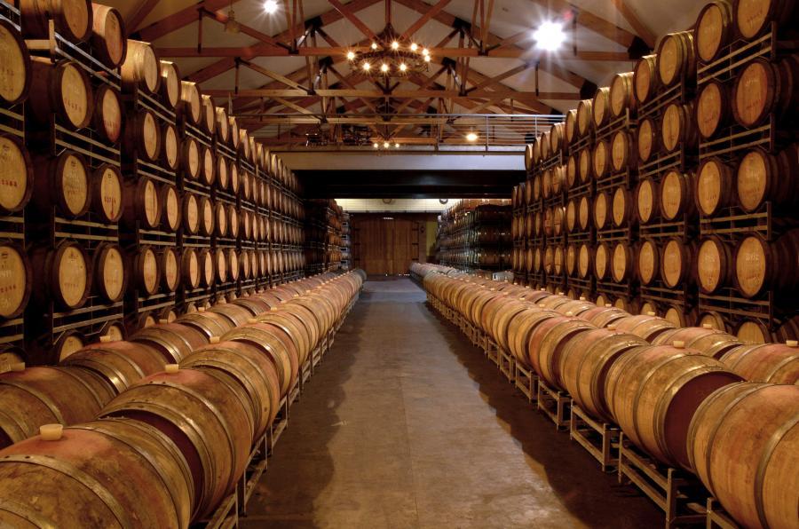 Beczki w winiarni