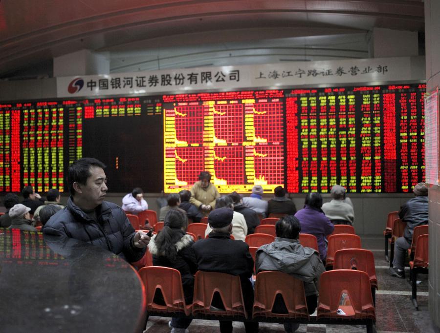 Chińscy inwestorzy obserwują notowania giełdowe w Szanghaju