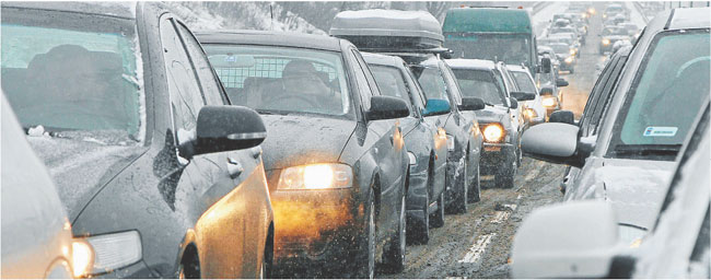 W sezonie urlopowym przejechanie niespełna 100-kilometrowego odcinka drogi zajmuje nawet kilka godzin Fot. Marek Podmokły/Agencja Gazeta