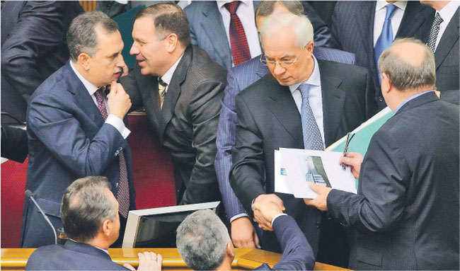 Mykoła Azarow (drugi z prawej) po zatwierdzeniu rządu przez ukraiński parlament Fot. PAP/EPA