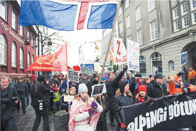 W referendum w minioną sobotę 93 proc. Islandczyków odrzuciło plan zwrotu Brytyjczykom i Holendrom funduszy utraconych z powodu bankructwa islandzkiego banku Icesave Fot AFP EAST/NEWS