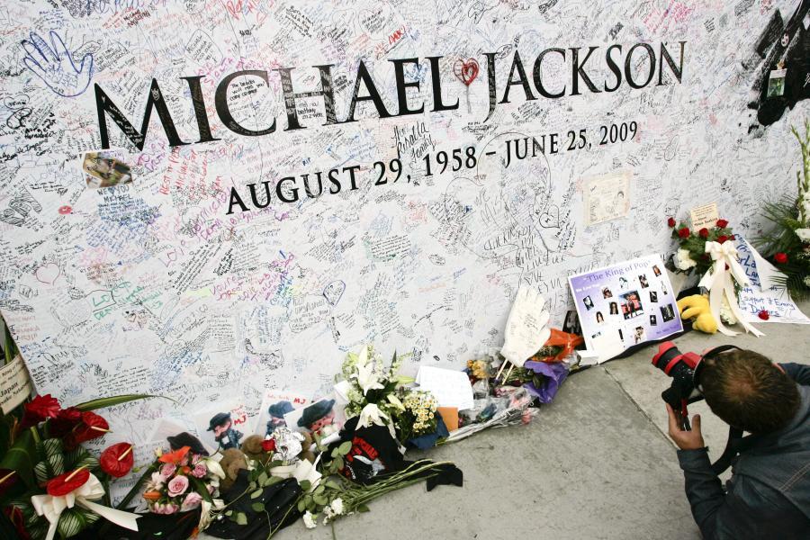 Tablica upamiętniająca Micheala Jacksona przed Staples Center w Los Angeles w Kalifornii