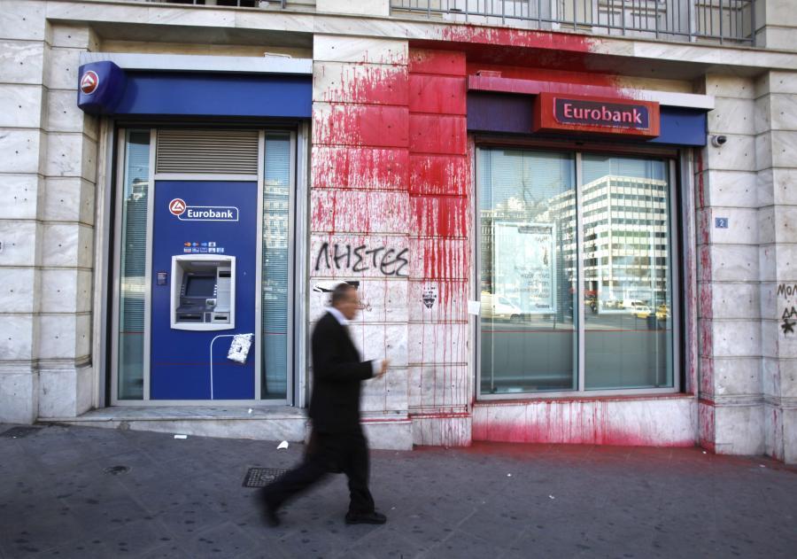 Na zdjęciu siedziba eurobanku w Atenach oblana czerwoną farbą