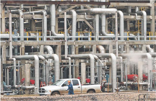 Obecnie światowa konsumpcja ropy wynosi 85 milionów baryłek dziennie Fot. Reuters/Forum