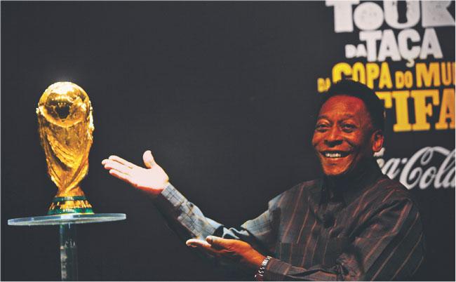 Finansowy byt FIFA zależy od powodzenia mundialu. Dlatego w jego promocję angażowane są takie gwiazdy jak Pele Fot. AP