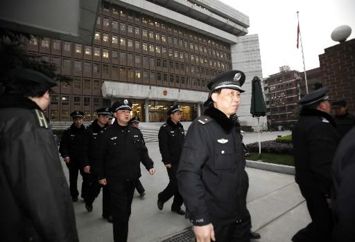 Chińska policja przed siedzibą sądu, w którym odbywa się proces byłych pracowników Rio Tinto.