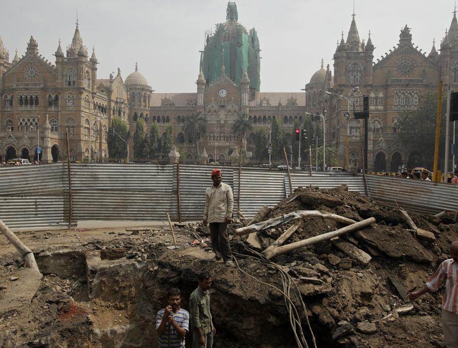 Prace przy budowie drogi w Bombaju- Indyjski premier chce zainwestować bilion dol. w infrastrukturę
