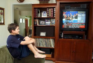 Chłopak oglądający telewizję