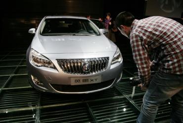 Fotoreporter robi zdjęcie samochodowi Buick Excelle XT podczas targów motoryzacyjnych w Szanghaju w Chinach