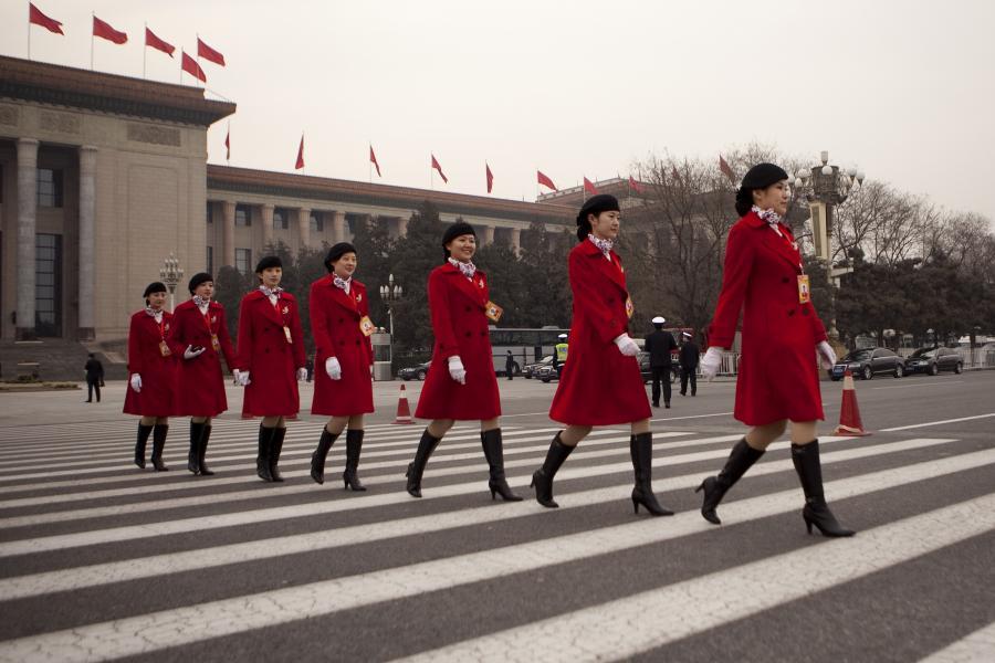 Wystrojone Chinki maszerujące podczas Chinas National Peoples Congress w Pekinie