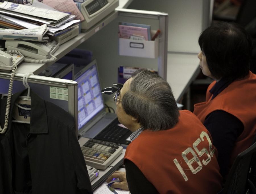 Po opublikowaniu lepszych od prognoz danych makro, chińscy inwestorzy ruszyli na zakupy. Indeks SCI wzrósł na zamknięciu o 1,1 proc. Gorsza nastroje panują na parkietach w Japonii. Indeks Nikkei stracił podczas notowań 0,72 proc.
