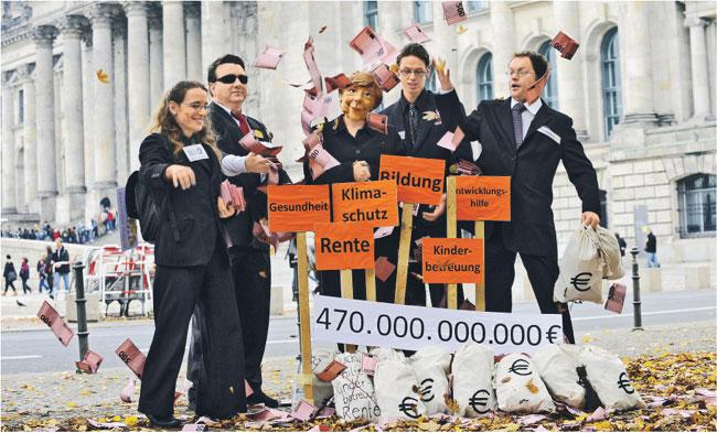 Działacze organizacji antyglobalistycznej Attac protestują przeciwko rządowemu planowaniu uratowania banków Fot. AFP