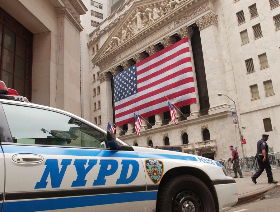 Samochód nowojorskiej policji przed siedzibą giełdy