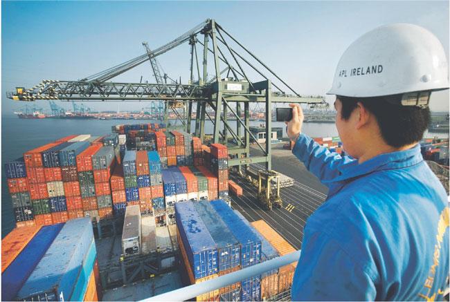 USA mogą w przyszłym miesiącu nałożyć karne cła na import z Chin, bo Pekin nie chce uwolnić kursu juana Fot. Reporter