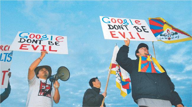 Studenci dla Wolnego Tybetu protestują przed siedzibą Google'a Mountain View przeciwko cenzurze internetu w Chinach Fot. AP