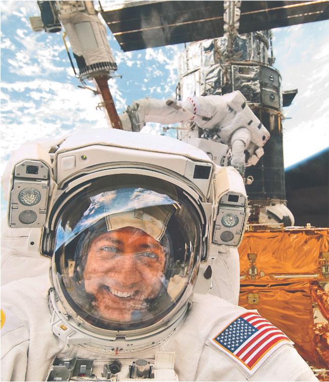 Mike Massimino na promie kosmicznym Atlantis w maju 2009 roku Fot. AP