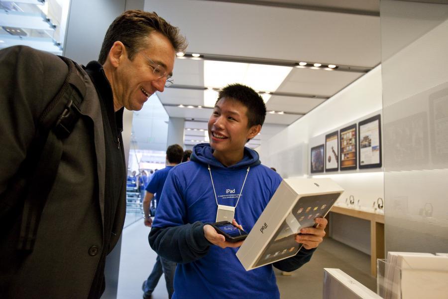 W sobotę sprzedano ok. 300 tysięcy sztuk urządzenia. Ze strony internetowego sklepu iTunes   ściągnięto ponad 250 tysięcy elektronicznych książek