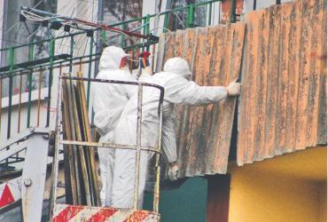 Wyspecjalizowana firma usuwa azbestowe płyty z balkonów w Radomiu
