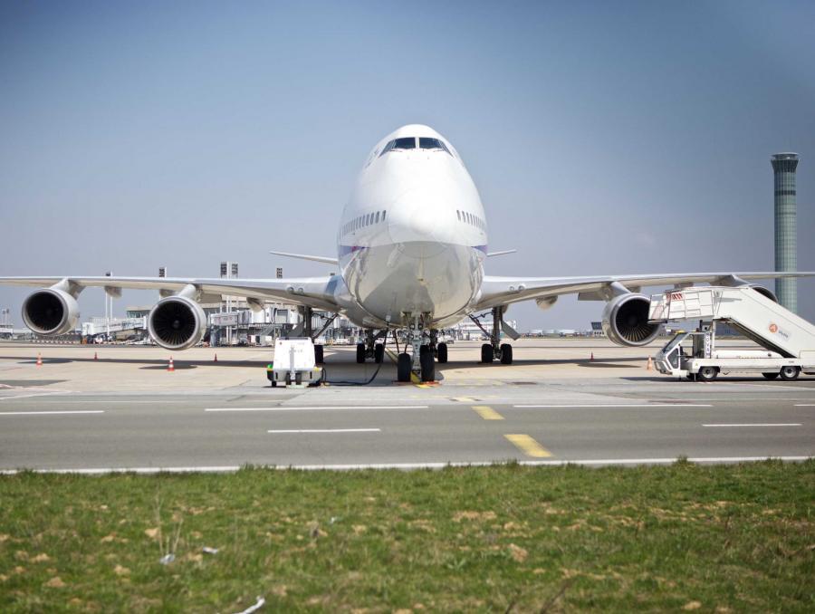 Samolot unieruchomiony na lotnisku Charlesa De Gaullea w Paryżu
