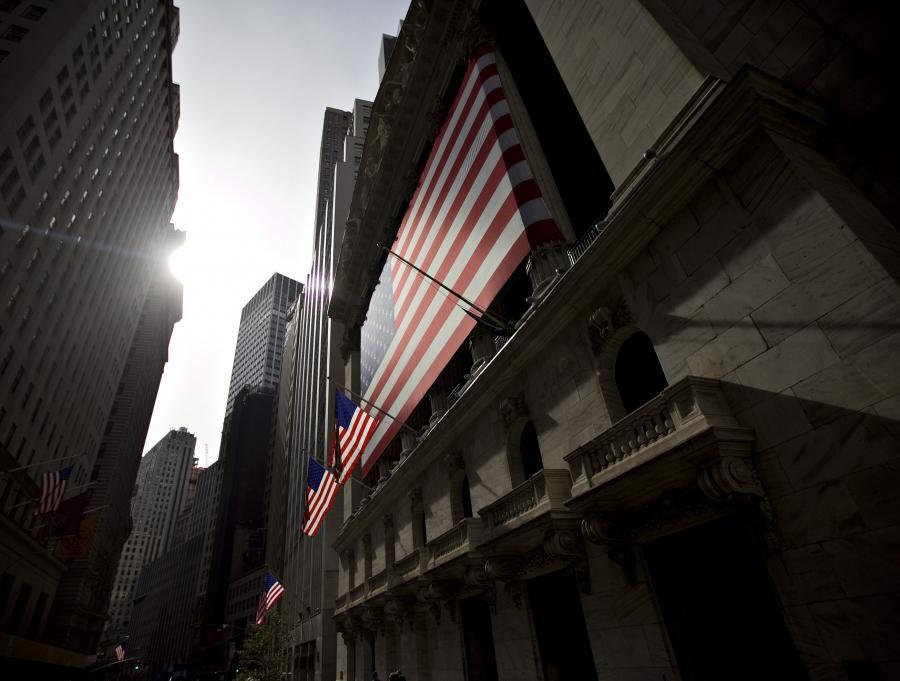 Piątek przyniósł kolejne spadki na nowojorskich giełdach. To efekt - zdaniem analityków - spodziewanej w Chinach jeszcze przed końcem roku podwyżki stóp procentowych.