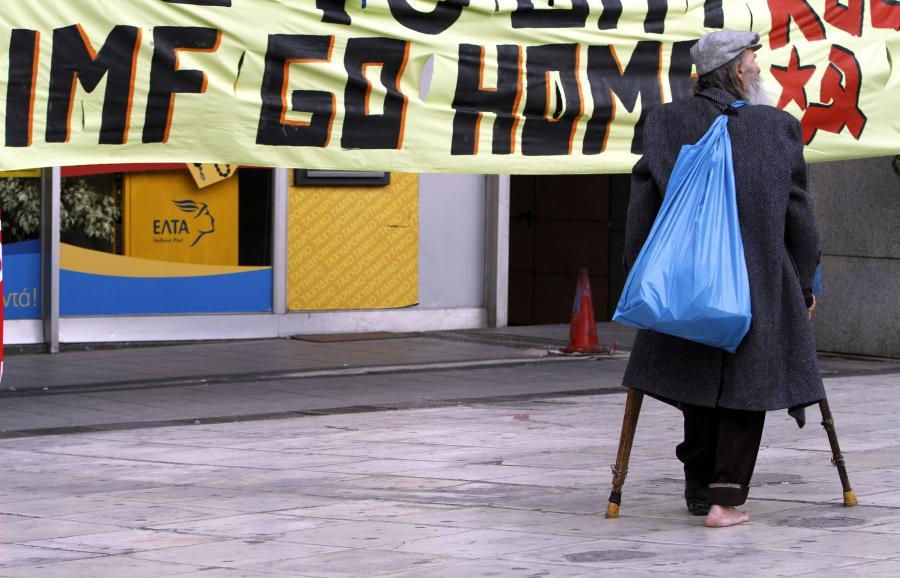 Baner na ulicy Aten z napisem IMF go home (MFW do domu)