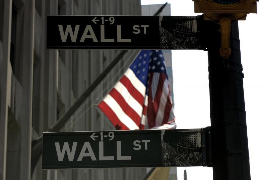 Pierwsza po świętach sesja nie przyniosła istotnych zmian na nowojorskich giełdach. Niewielkie były także obroty. Taki stan rzeczy to wynik m.in. ataku zimy na wschodnim wybrzeżu USA i braku nowych istotnych informacji dotyczących kondycji spółek i amerykańskiej gospodarki.