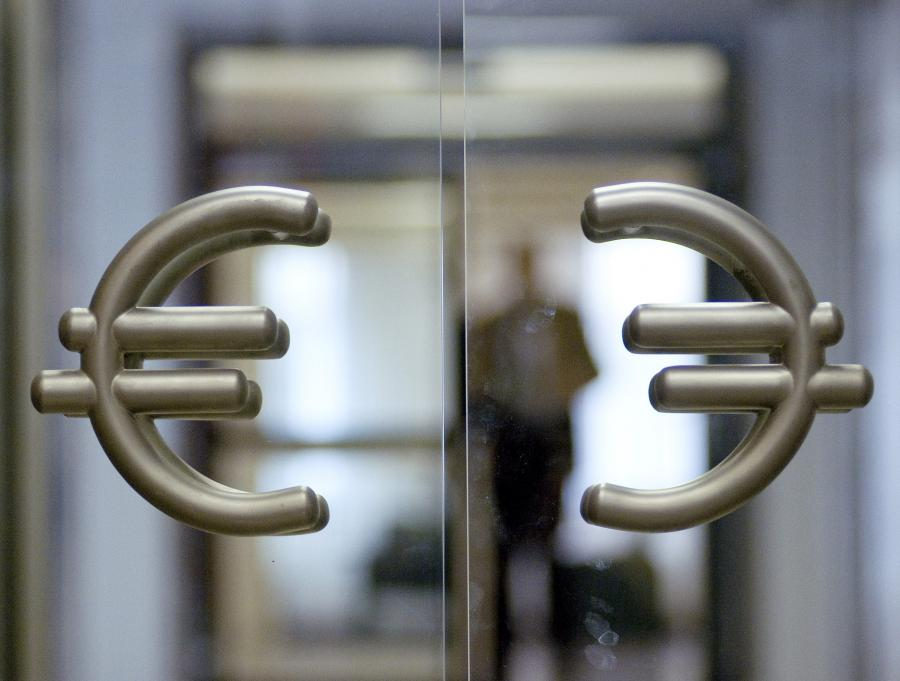Symbol euro na drzwiach w Narodowym Banku Polskim
