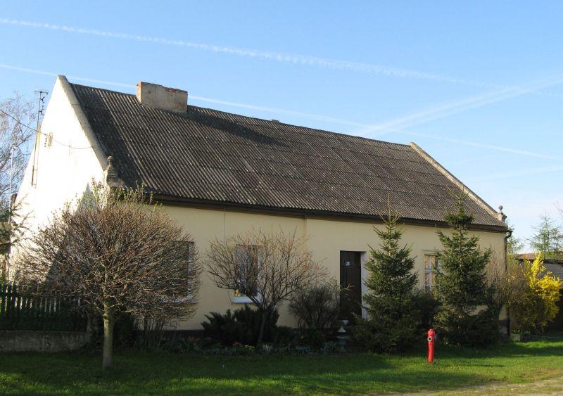 Dom z dachem z azbestu. Fot. Home Broker