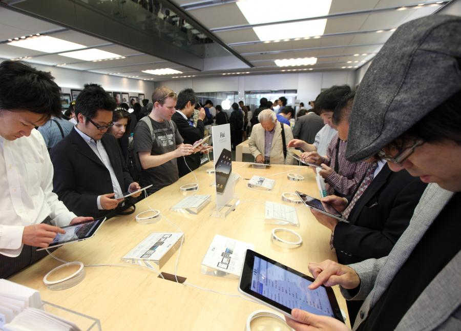 Klienci testują tablety iPad w sklepie Apple Store Ginza w Tokio