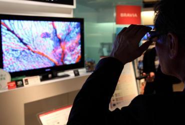 Sieci handlowe i producenci przygotowują się do wprowadzenia nowych modeli telewizorów, muszą więc pozbyć się z magazynów starszych modeli, a to oznacza wyprzedaże. Saturn i Neonet kuszą upustami w wysokości 22 proc., Media Markt szykuje przeceny w wysokości nawet 30 proc.
