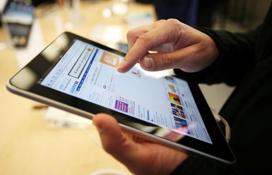 Klient testuje iPada w sklepie w Sydney