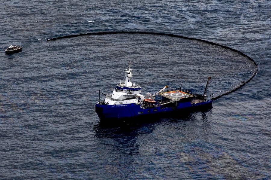Statki wyłapujące ropę z wycieku Deepwater Horizon. Fot. Bloomberg
