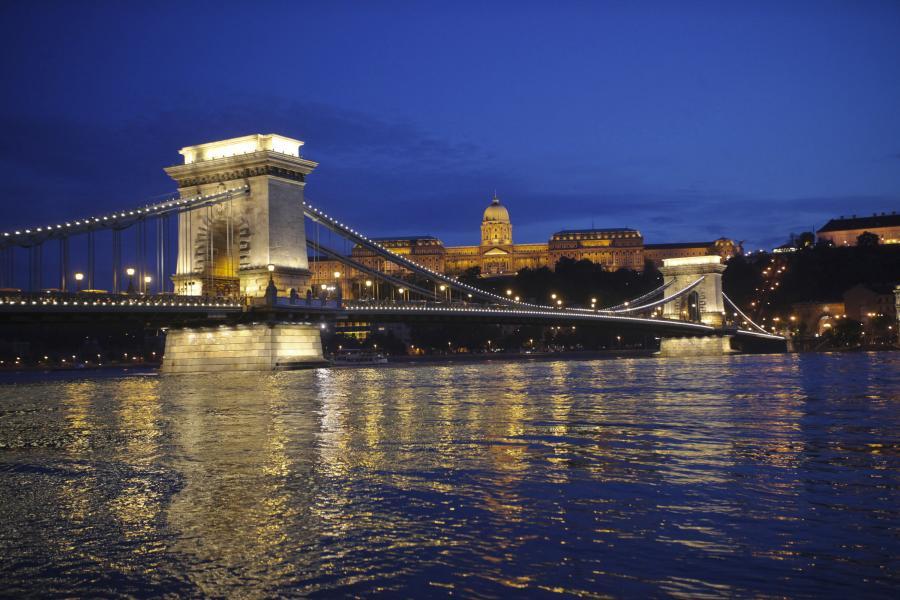 Most Łańcuchowy Szechenyi w centrum Budapesztu. Fot. Bloomberg