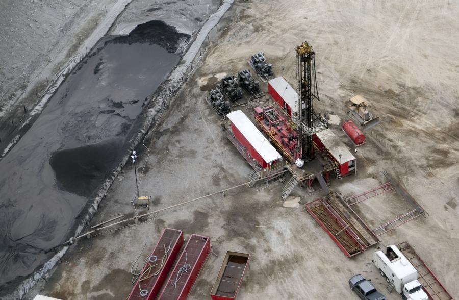 Wydobycie gazu z łupków. Okręgu Chartiers, hrabstwo Waszyngton w Pensylwanii, USA. Platforma wiertnicza, dzięki takim miejscom możliwe jest wydobycie gazu łupkowego.  foto: Andrew Harrer/Bloomberg