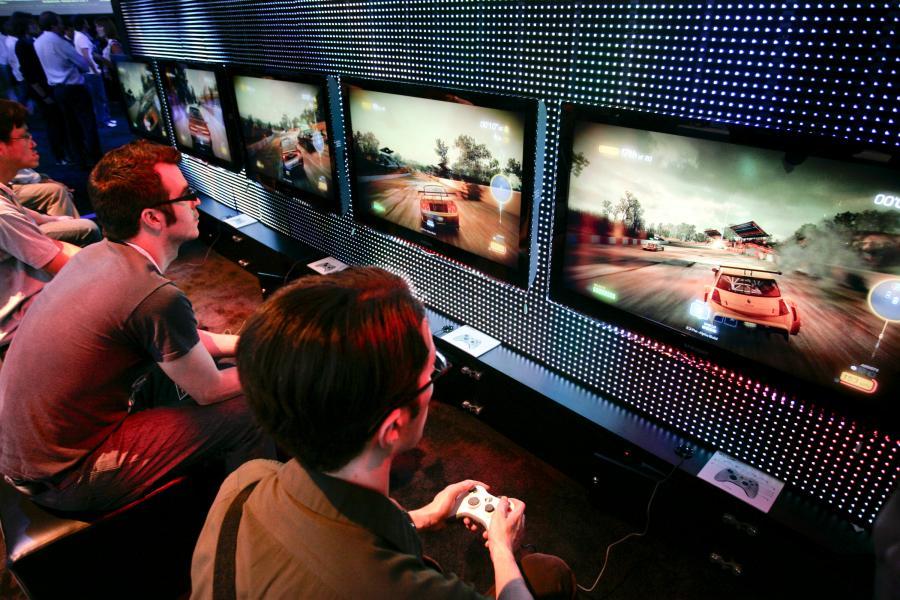 Electronic Entertainment Expo ( E3),. Odwiedzający targi E3 Expo testują gry na konsole Nintendo Co Foto: Jonathan Alcorn/Bloomberg