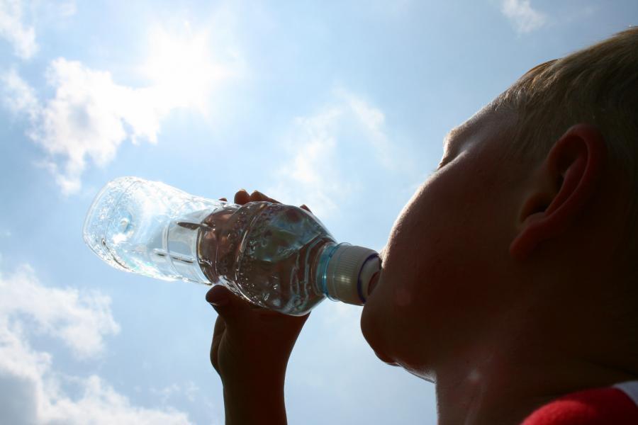 Kobieta pijąca wodę w czasie upału