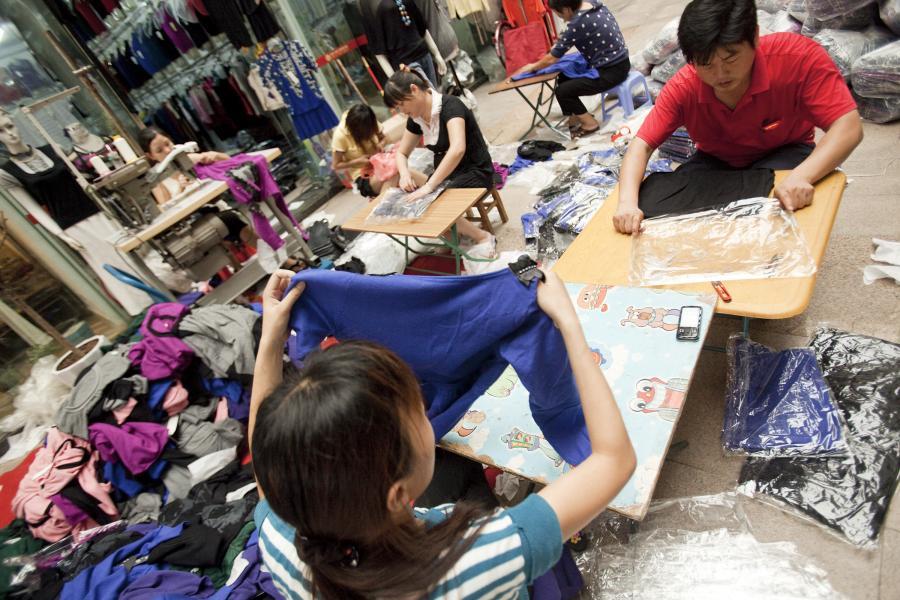 Pracownicy chińskiej fabryki odzieżowej w mieście Dongguan