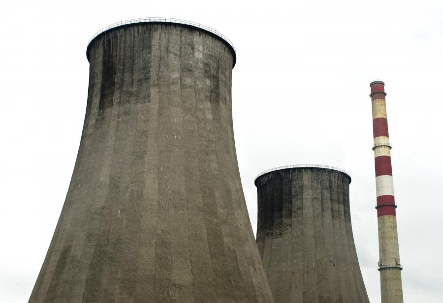 Wieże chłodzące w ekektrowni Łagisza, która należy do Tauronu