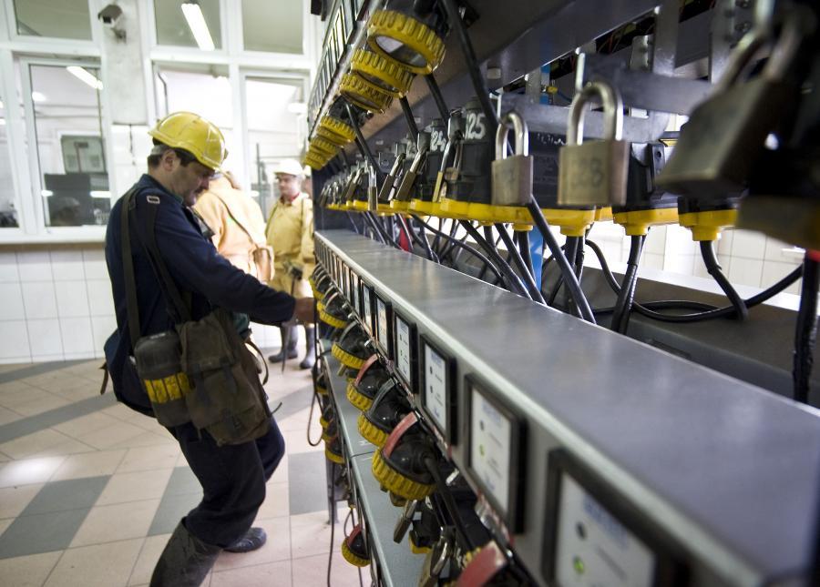 Górnik wybiera sprzęt przed zejściem do kopalni w Jaworznie, należącej do spółki Tauron Polska Energia.