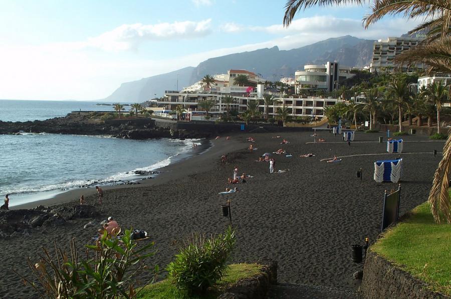 Teneryfa, Hiszpania: typowa wulkaniczna plaża Teneryfy z niemal czarnym piaskiem. Fot. ReservasdeCoches.com, źródło: flickr.com. Licencja CC Attribution 2.0 Generic