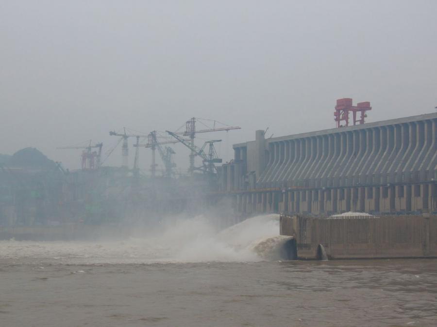 Wielka Zapora Trzech Przełomów w Chinach. Budowa tamy rozpoczęła się już w 1993 r. źródło: flickr, autor: The Pocked, kod licencji: CC Attribution-Share Alike 2.0 Generic